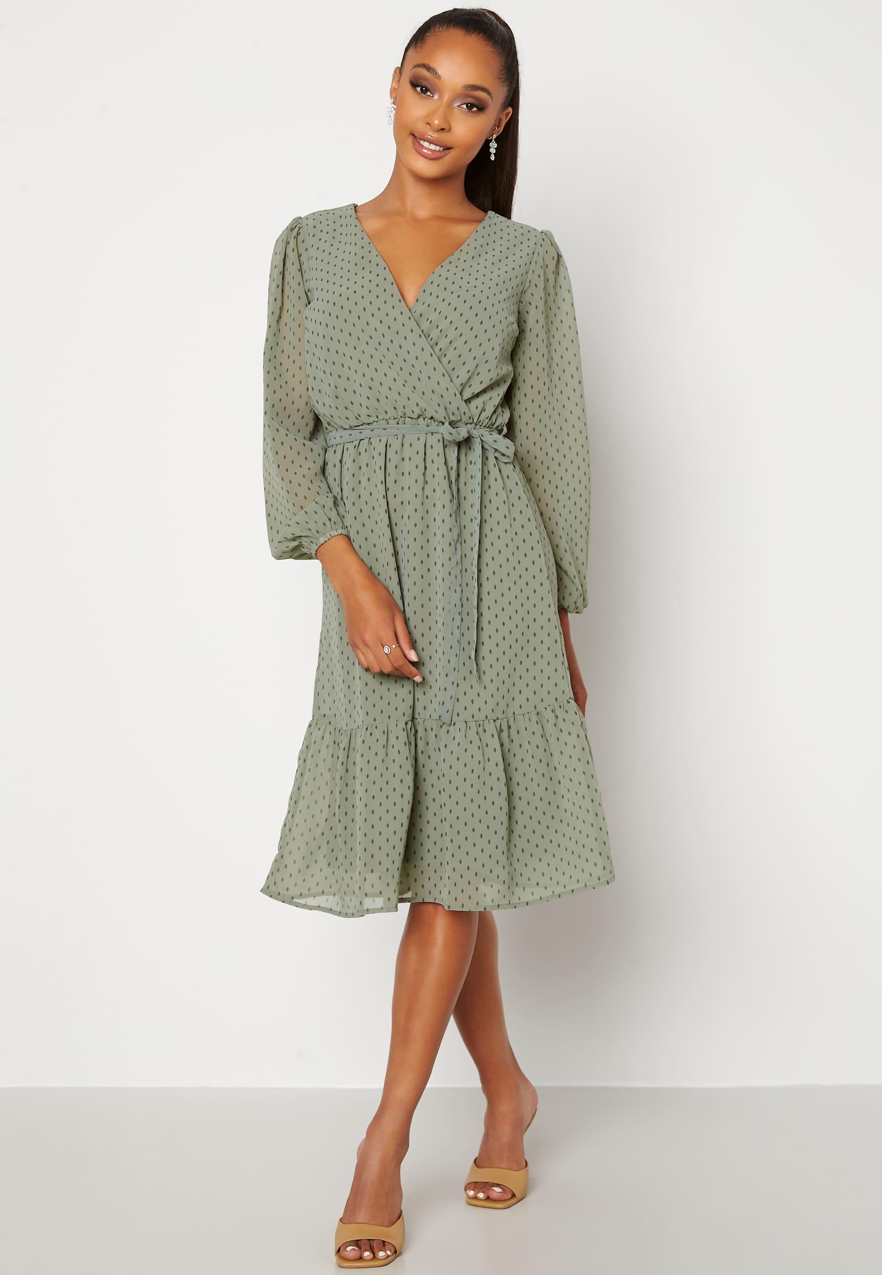 Grön prickig klänning med volang för hösten 2021