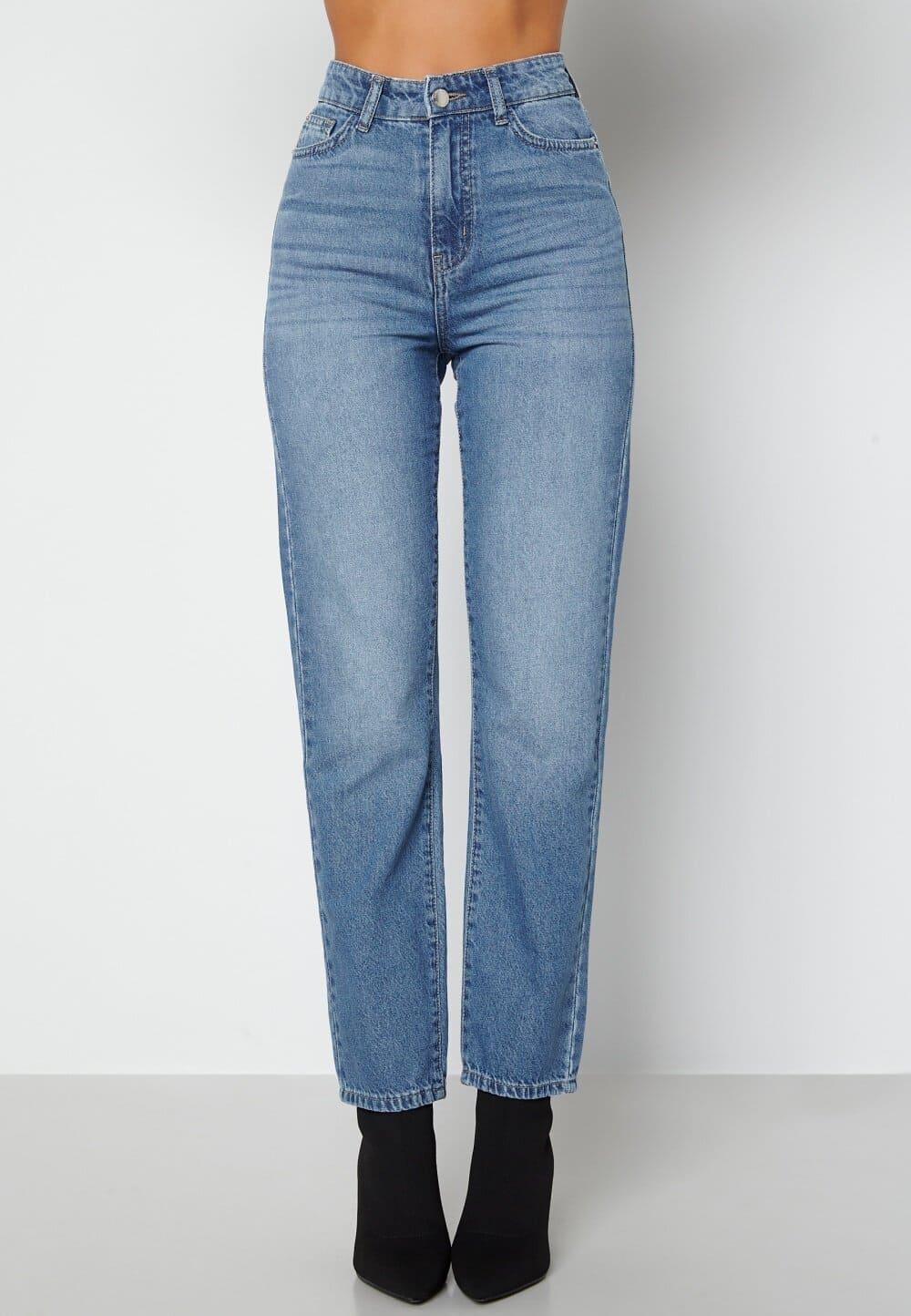 Blåa jeans från Happy Holly i loose straight fit.