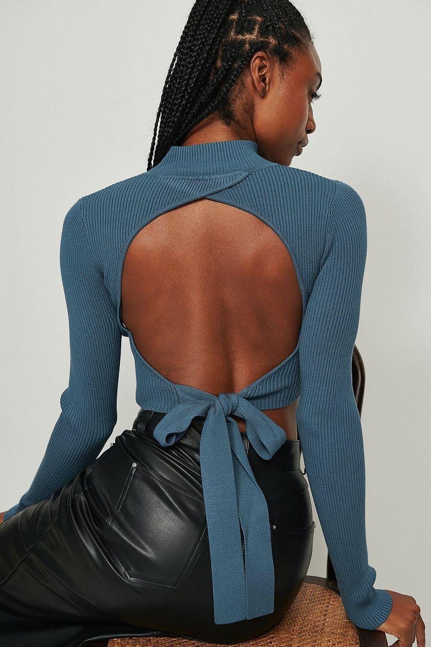 Stickad tröja med öppen rygg i blå färg