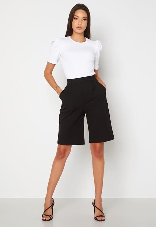Svarta, trendiga shorts i längre modell