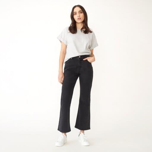 Utsvängda korta jeans i svart av BCI-bomull